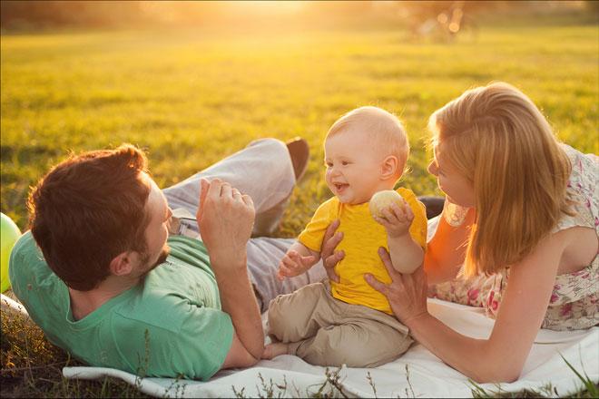 familia con bebé en el campo