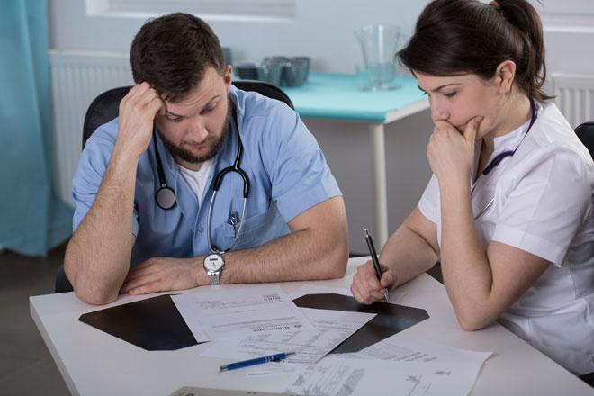 médicos preocupados