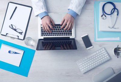 médico con ordenador